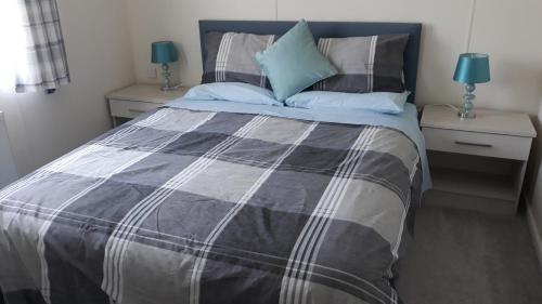 A bed or beds in a room at Luxury 6 berth lodge at Quince 10