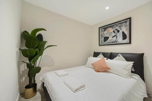 A bed or beds in a room at Walking to Darling Harbour, ICC,QVB, Shopping Mall
