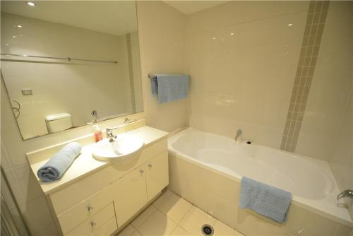 A bathroom at Sydney 3 bedroom apt in Chinatown, next to Darling Harbour