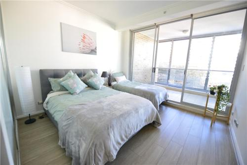 A bed or beds in a room at Sydney 3 bedroom apt in Chinatown, next to Darling Harbour