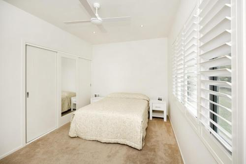A bed or beds in a room at Serenity - Beauty on the water