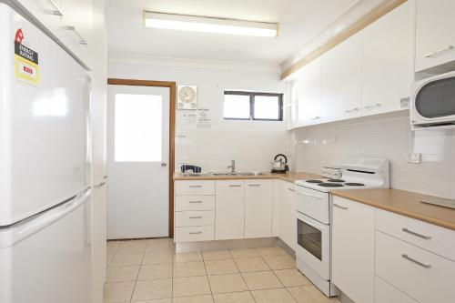 A kitchen or kitchenette at Ocean Sands 5 - Sawtell, NSW