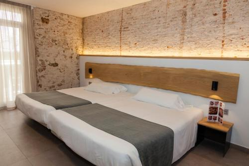 A bed or beds in a room at Hostal Paris