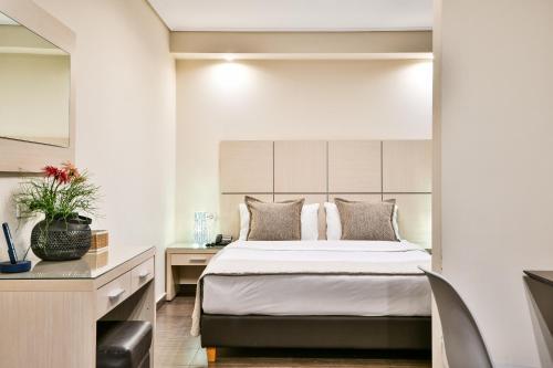 מיטה או מיטות בחדר ב-Athens Way