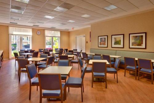 A restaurant or other place to eat at Cortona Inn and Suites Anaheim Resort