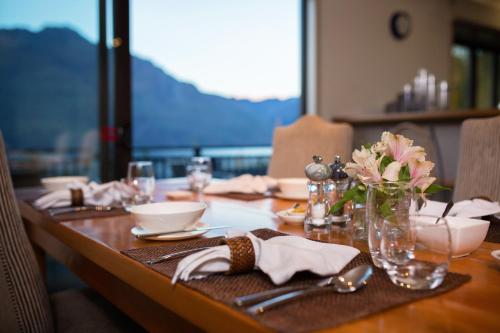 A restaurant or other place to eat at Hidden Lodge Queenstown