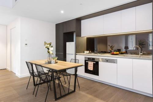 A kitchen or kitchenette at MDS88-Modern 2 Bedroom Brand New Apt in Chinatown