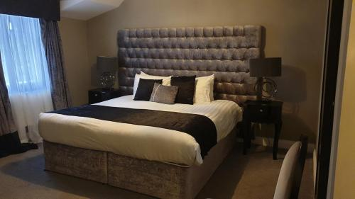 A bed or beds in a room at Derwent Manor, BW Premier Collection