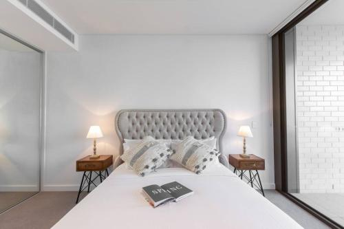 A bed or beds in a room at Darling Harbour Nordic apt in the heart of Sydney