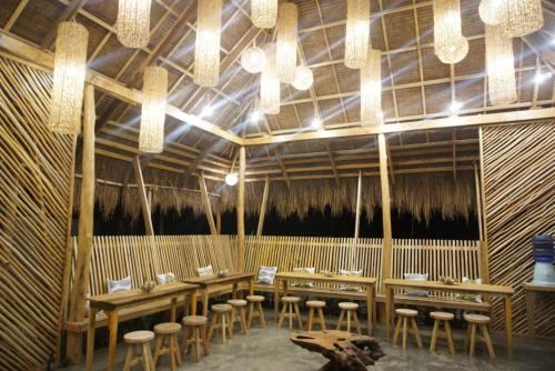 A restaurant or other place to eat at Hiraya Surf Hostel