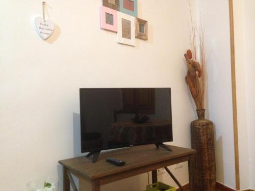 Una televisión o centro de entretenimiento en El Salat, alojamientos rurales
