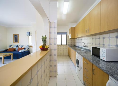 Een keuken of kitchenette bij Alvor Clube Brisamar