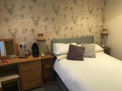 A bed or beds in a room at Rokeby Inn