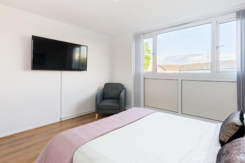 A bed or beds in a room at Stay Inn Birmingham