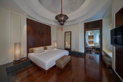 A bed or beds in a room at The Chedi Muscat
