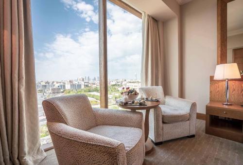 Ein Sitzbereich in der Unterkunft Gulf Hotel Bahrain Convention & Spa