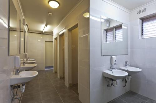 A bathroom at City Centre Budget Hotel