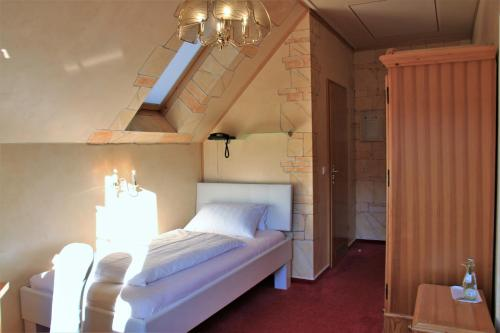 A bed or beds in a room at Historisches Landhotel Studentenmuehle