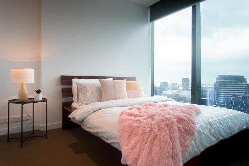 A bed or beds in a room at A Cozy CBD Suite with a Gorgeous View of the Yarra