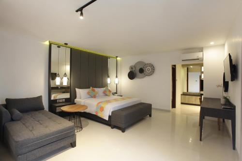 A bed or beds in a room at Matahari Bungalow