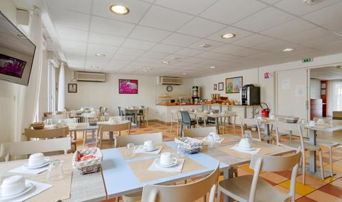 A restaurant or other place to eat at Zenitude Hôtel-Résidences Béziers Centre