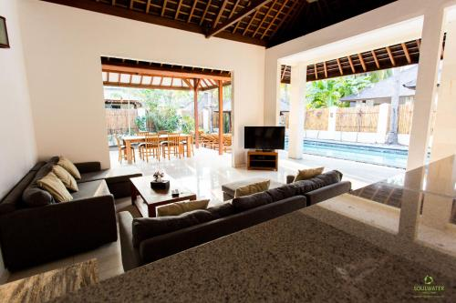 A seating area at Senang Private Villa