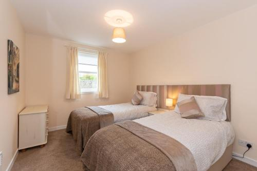 A bed or beds in a room at Central St Andrews 2 Bed Apartment - Free Parking