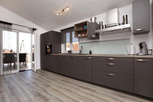 Kuchyň nebo kuchyňský kout v ubytování Apartment Mir