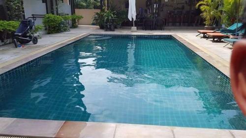 Der Swimmingpool an oder in der Nähe von Ampha Place