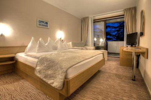 A bed or beds in a room at Hotel Malin
