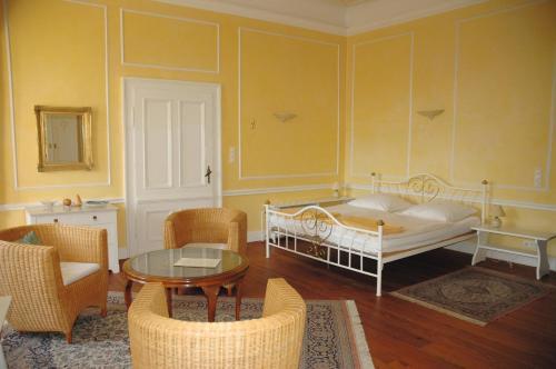 Ein Bett oder Betten in einem Zimmer der Unterkunft Schloss Herberge Hohenerxleben