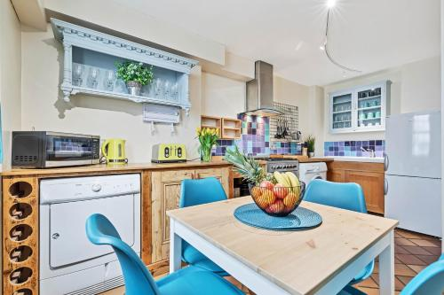 A kitchen or kitchenette at Pebble Mews House - 3 Double Bedrooms - parking for one small car
