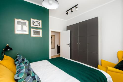 A bed or beds in a room at Apartament Za Bramką Centrum