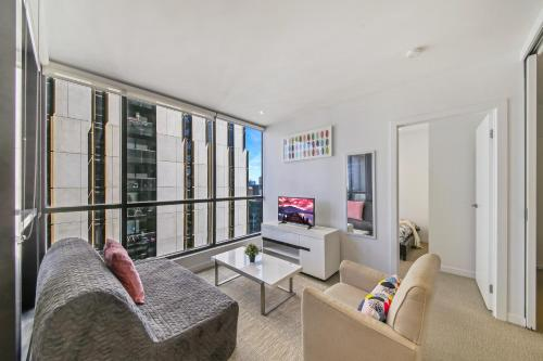 A seating area at A Modern & Cozy 2BR CBD Apt Near Melbourne Central