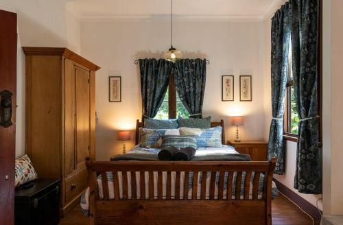 A bed or beds in a room at Sidneys Retreat