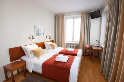 Säng eller sängar i ett rum på Hotelli Helmi