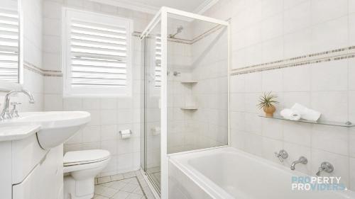 A bathroom at Skylark Executive Apartment over Mosman