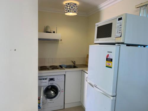 A kitchen or kitchenette at Thornleigh garden view, comfortable & tranquil