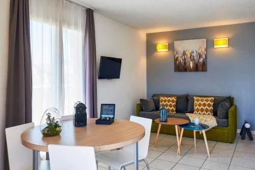 A seating area at Aparthotel Adagio Access Nice Magnan