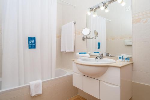 A bathroom at Hotel Mirachoro Praia