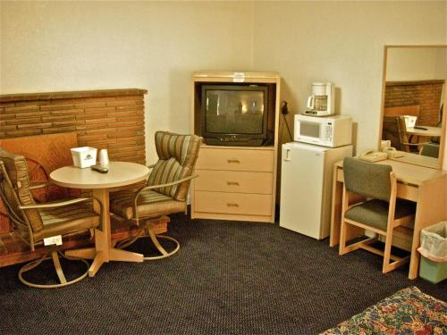 A television and/or entertainment center at Hub Motel