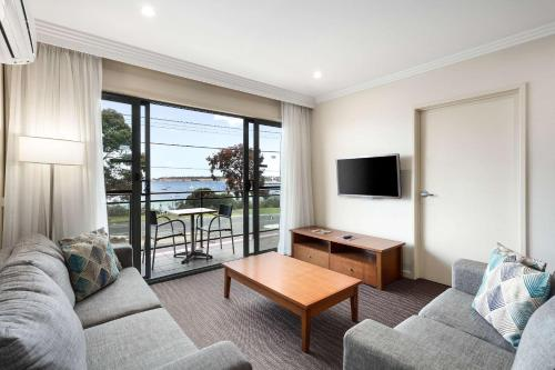 A seating area at Quality Hotel Bayside Geelong