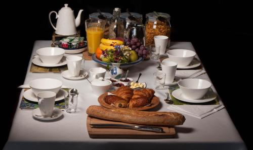 Breakfast options available to guests at Les Quatre Siècles