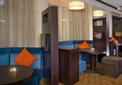 A seating area at Courtyard by Marriott Philadelphia Springfield