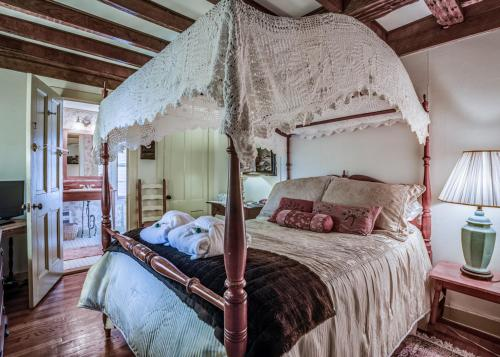 A bed or beds in a room at Captain Grant's Bed and Breakfast