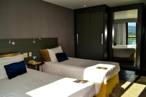 A bed or beds in a room at Grand Mercure Brasilia Eixo
