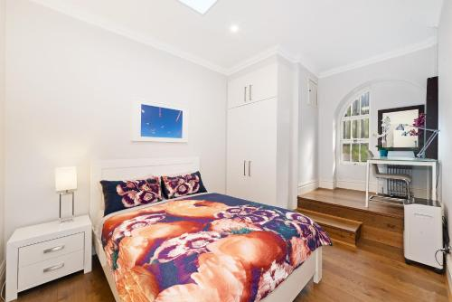 A bed or beds in a room at Two Bedroom House in Bondi Junction