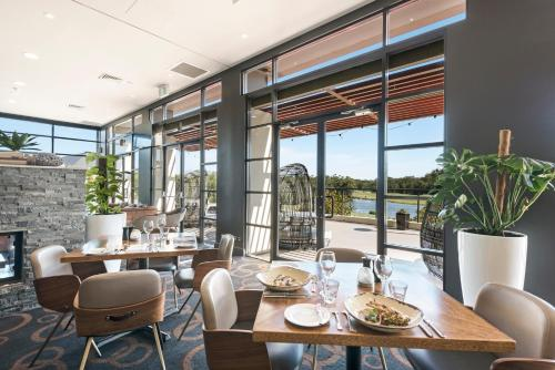 A restaurant or other place to eat at Mercure Kooindah Waters Central Coast