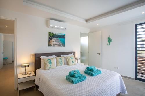 Cama ou camas em um quarto em La Royal Penthouse Apartment Jan Thiel