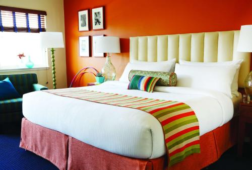 A bed or beds in a room at Hotel Del Sol, a Joie de Vivre Hotel